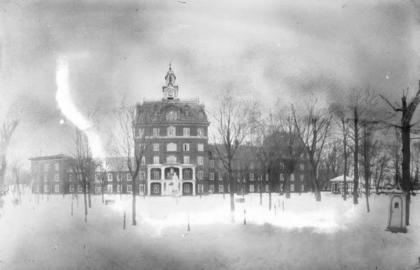 Asile Saint-Michel-Archange, Vue du pavillon des femmes - Vers 1900, BAnQ, Fonds Les Soeurs de la Charité de Québec, P910,S3,D4,P64.
